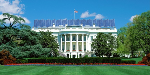 Panele fotowolticzne na białym domu (fotomontaż)